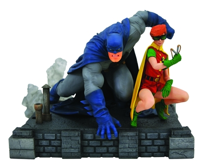Picture of DC GALLERY DARK KNIGHT RETURNS BATMAN & CARRIE DLX PVC FIG (